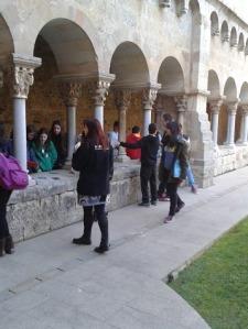 els alumnes de 2n d'ESO al claustre del monestir de Sant Cugat