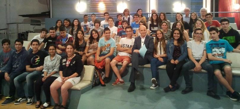 Els alumnes de l'Institut Castellbisbal, acompanyats pel presentador del programa, Xavi Coral