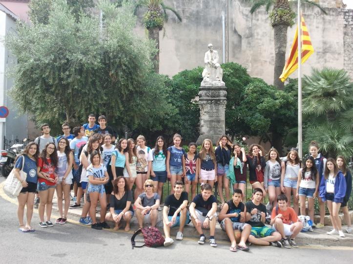Els alumnes, davant de l'estàtua al doctor Robert