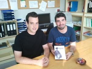 El secretari del centre; Raúl Baldomà amb l'autor, Sergi Bonilla, en el moment que el centre adquiria les còpies de l'obra