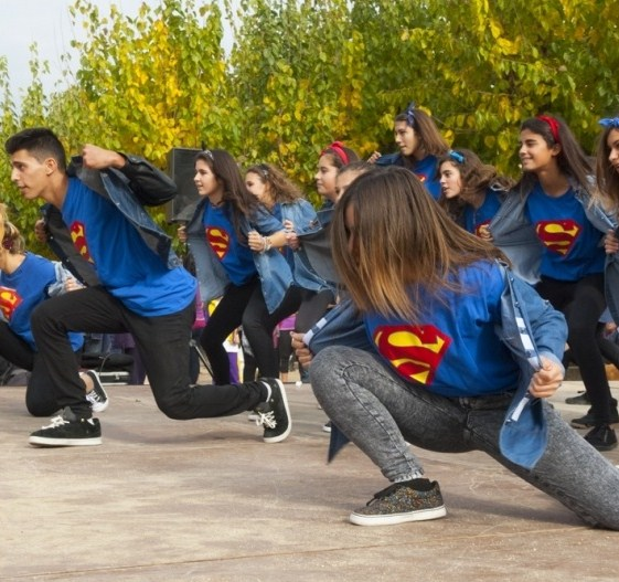 Els alumnes de l'institut  en plena actuació